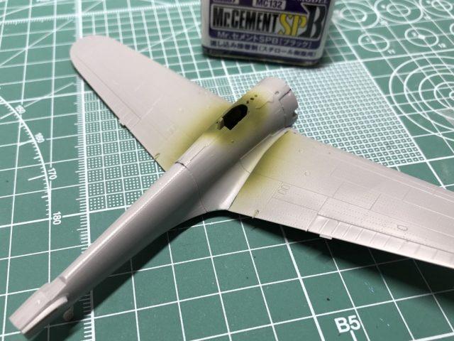 モデルグラフィックスのマガジンキット隼の胴体を組み立てる。